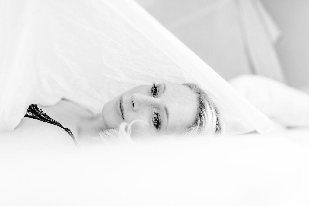 Frau liegend auf einem Bett verführerisch