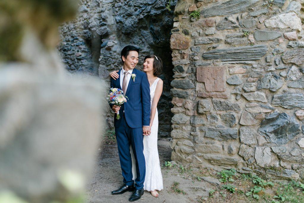Brautpaar schaut sich an