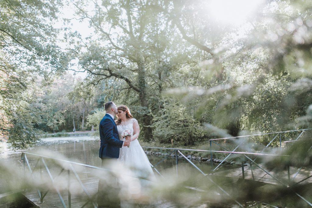Brautpaar auf einem Steg am See