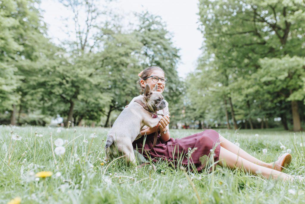 Kommunionkind Emma mit Französischer Bulldogge Oscar in Aschaffenburg