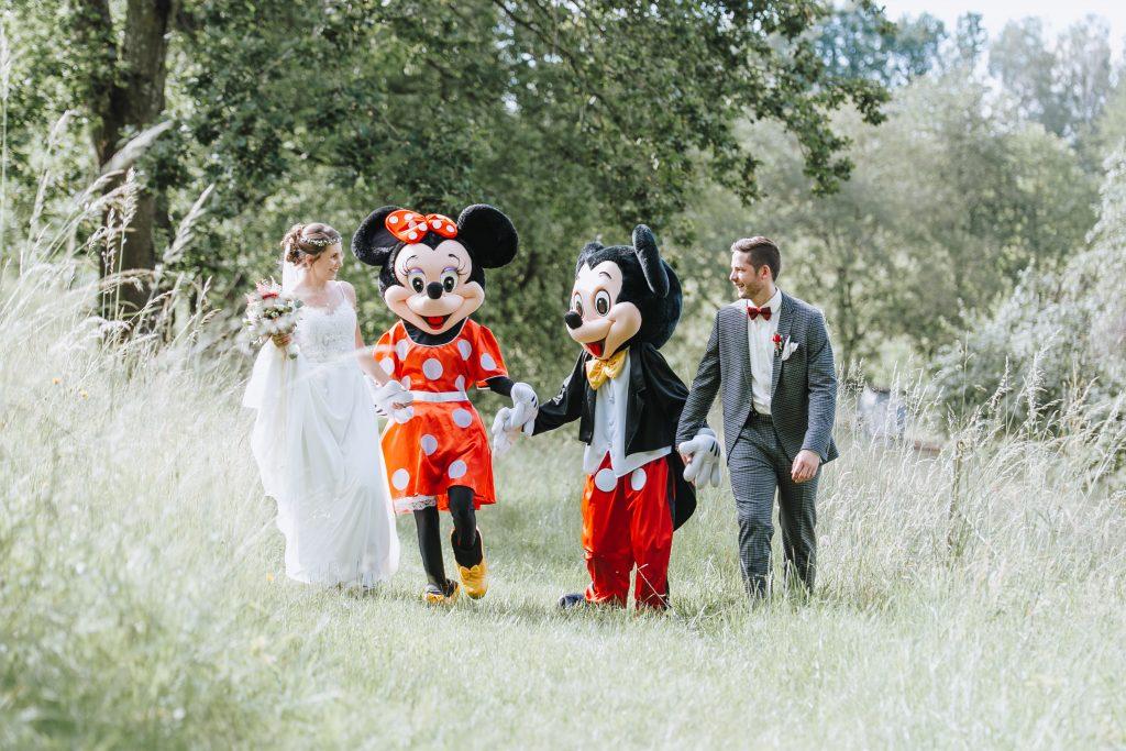 Hochzeitsbild in Krombach mit Mickey Maus