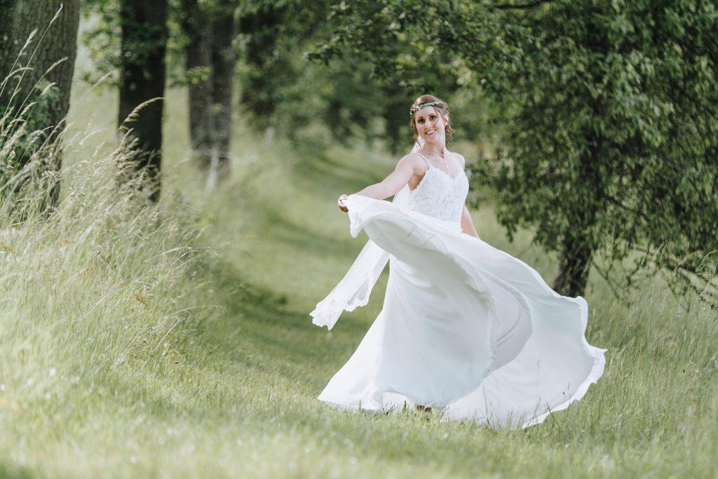 Brautpaarshooting Tanzende Braut Kircliche Trauung ALzenau Hochzeitsbilder