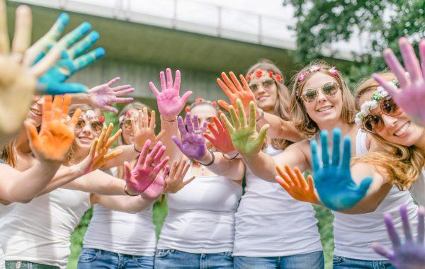 Junggesellinnenabschied Fotoshooting Mädels mit bunter Farbe