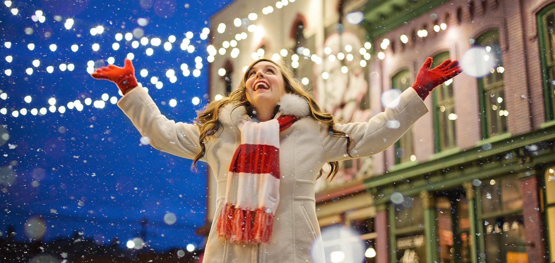 Fröhliche Frau im Schnee